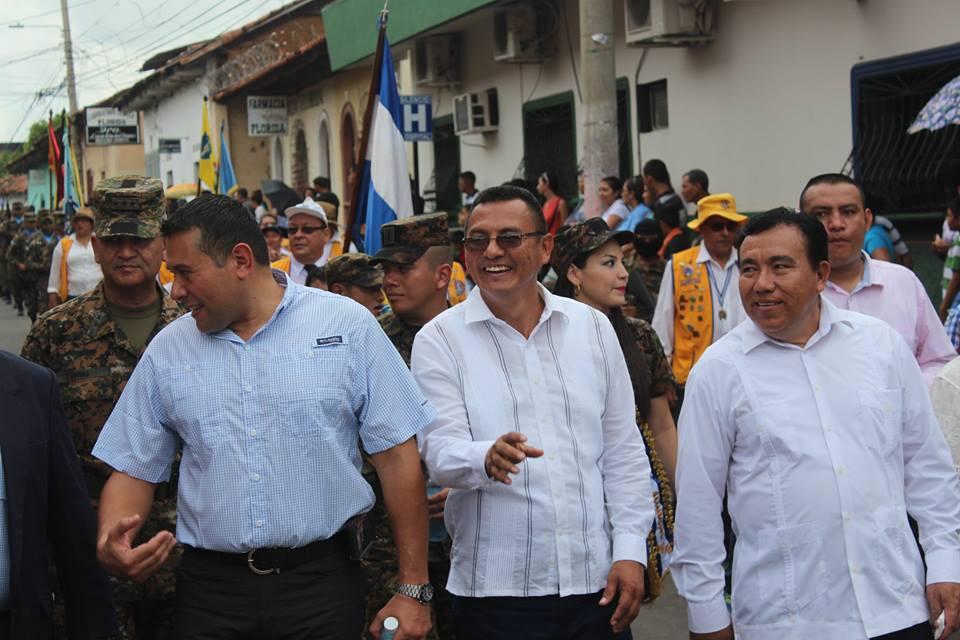 Autoridades Civiles y Militares Encabezan Desfile