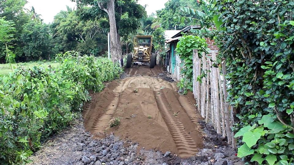 Trabajando en la Limpieza de Escombros de Quebradas y Puentes