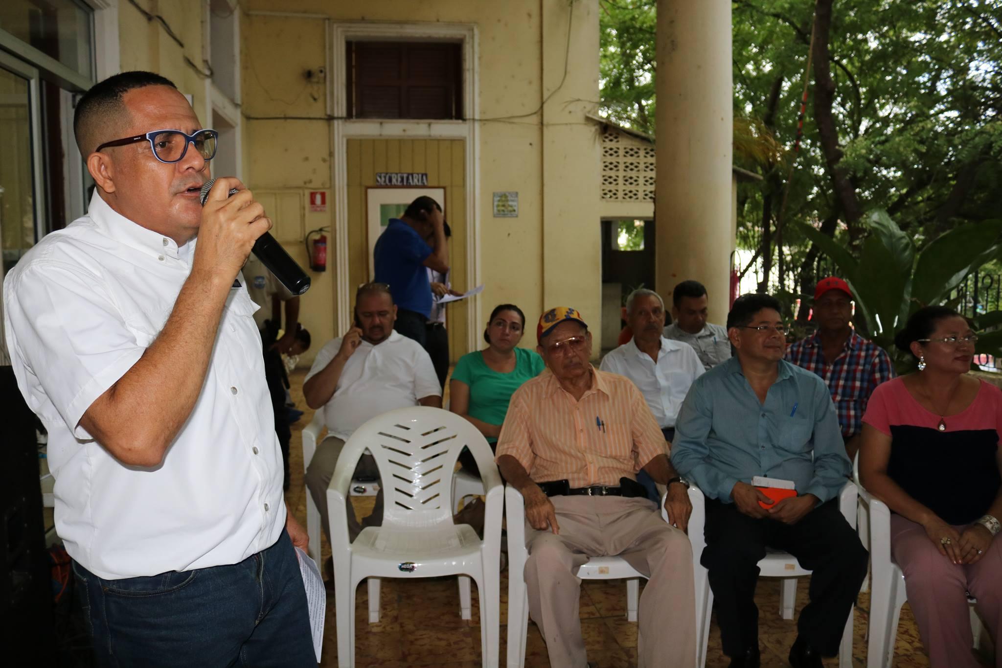 Entrega de Capas y Calzado a Personal que trabaja en diferentes dependencias de la Municipalidad