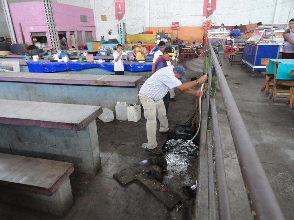 Trabajos de limpieza de tragantes en el interior del Mercado número 2,
