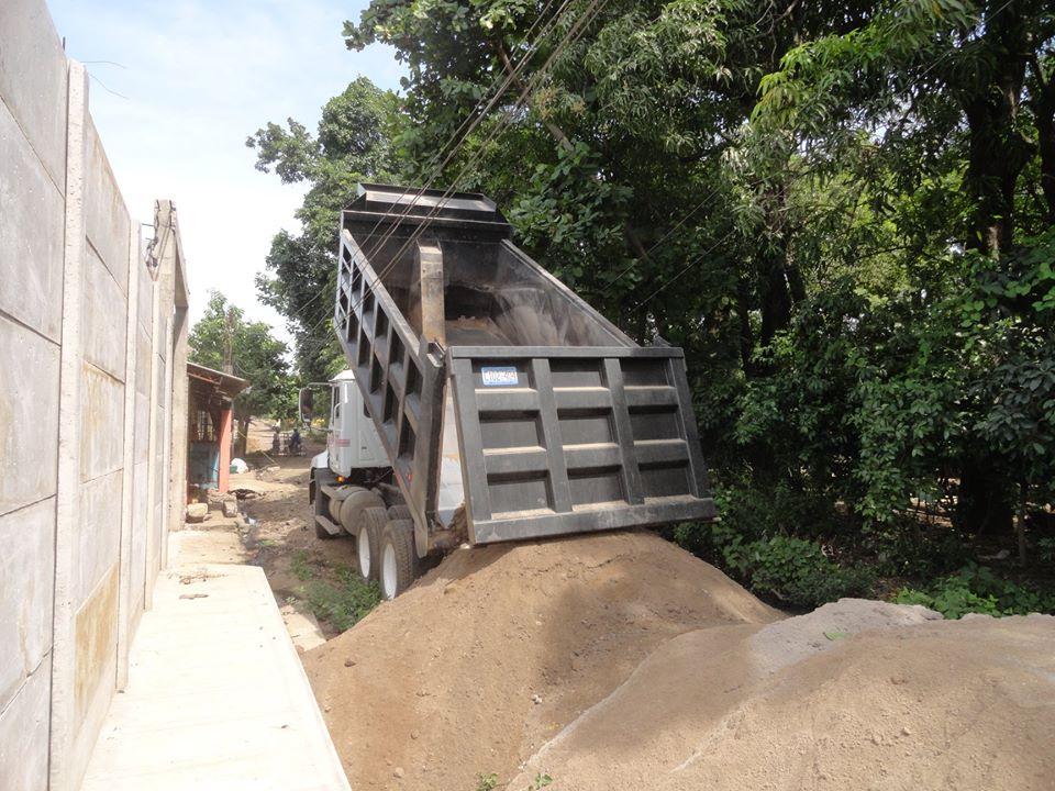 Camiones de volteo trasladaron material especial
