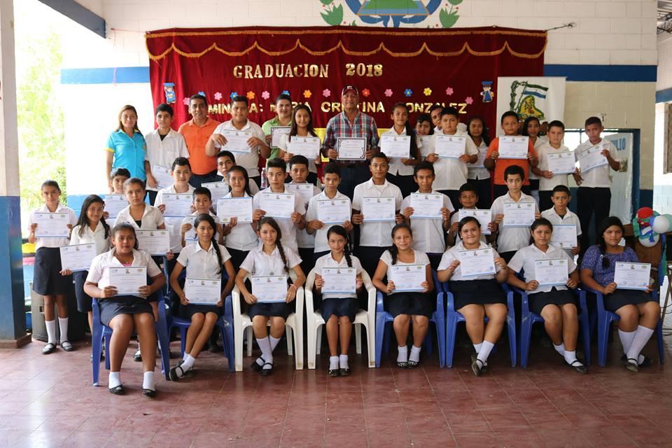 Graduación de 64 jóvenes del Centro Escolar de Cantón la Poza N°2 , de los talleres de artesanía en llantas, informática básica e Inglés Interactivo