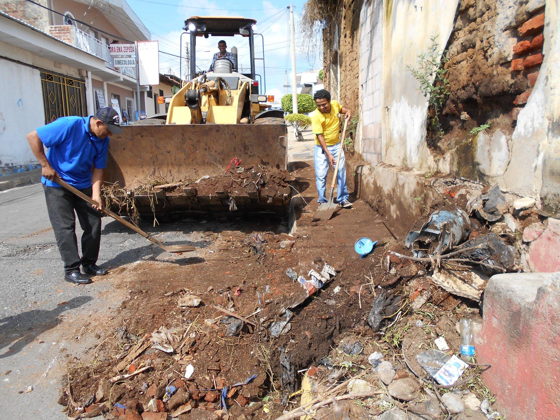 Remoción de basura en 2° Calle Poniente Bario la Merced