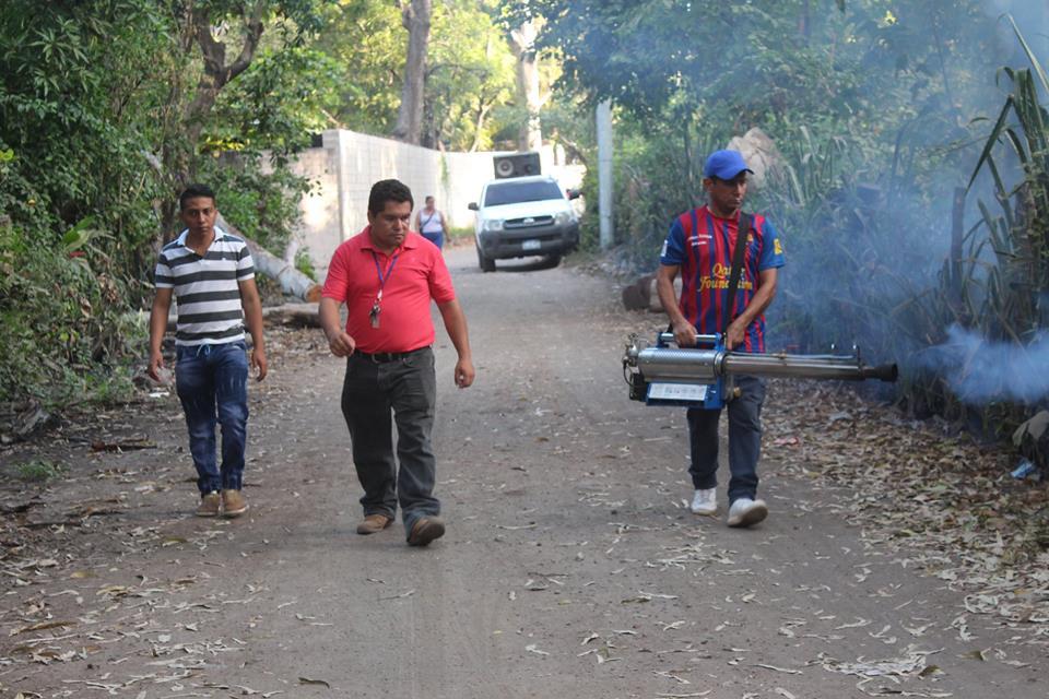 Fumigación en Caserío Los Amaya de Cantón Puerto Parada
