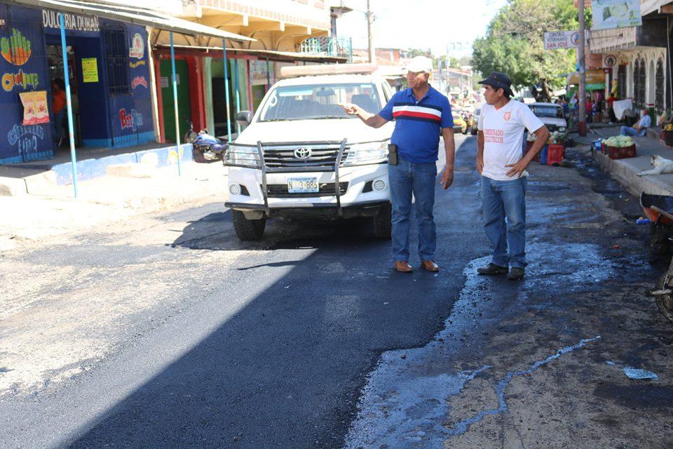 Reparación de baches en 4ª Calle Oriente de B° La Parroquia (en el centro de Usulután)